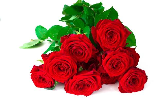 Bouquet rose rosse fresche isolate su sfondo bianco con nastro rosso. lay piatto copia spazio.