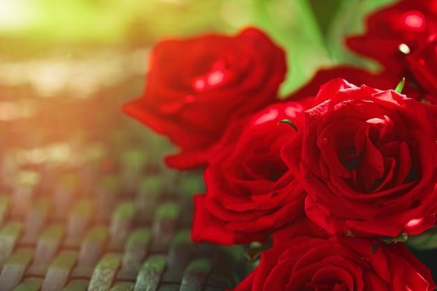 Bouquet di rose rosse come regalo di festa floreale bellissimi fiori da giardino freschi come decorazioni per la casa