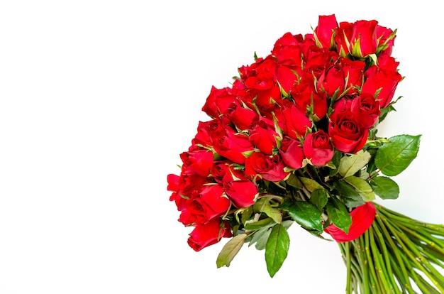 Bouquet di rose rosse su sfondo bianco per il giorno di san valentino.