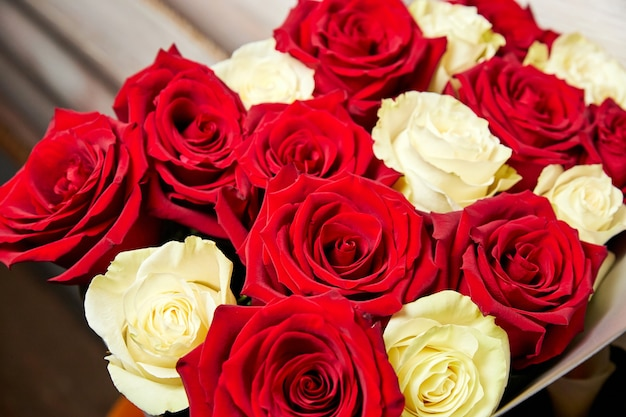 Bouquet di rose rosse e gialle