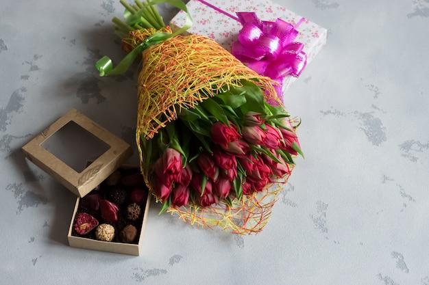 Bouquet di rose, scatola di cioccolatini e regalo per san valentino