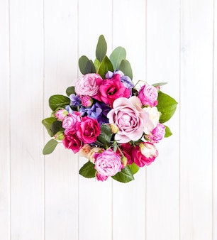 Bouquet di rose in un secchio