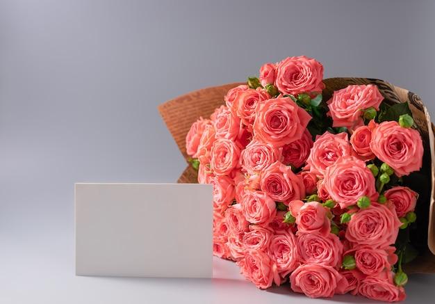Bouquet di rose in carta artigianale e carta bianca