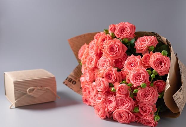 Bouquet di rose e una confezione regalo