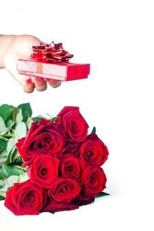 Bouquet di rose e mano con regalo
