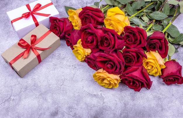Un mazzo di rose e due confezioni regalo