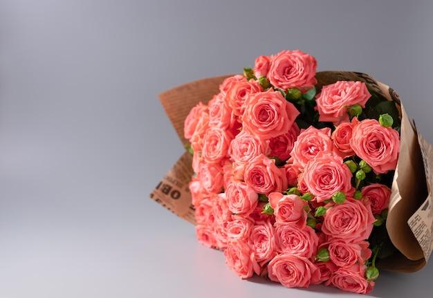 Bouquet di rose avvolte in carta artigianale