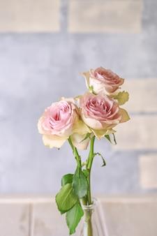 Bouquet di rose rosa tenue. sfondo pastello romantico. bouquet floreale pastello.