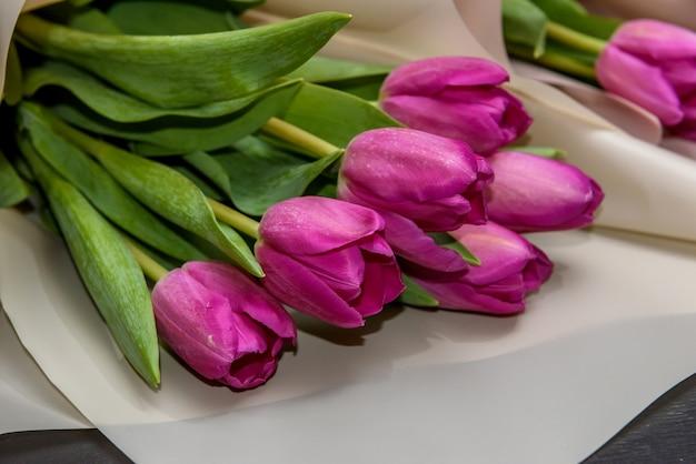 Bouquet di tulipani primaverili su fondo di legno scuro