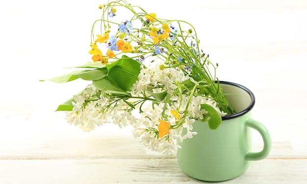 Bouquet di fiori di campo primaverili su sfondo bianco