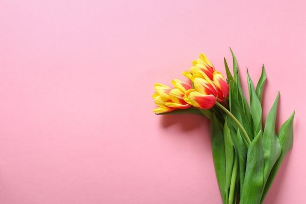 Un bouquet di tulipani come regalo per la decorazione pasquale di san valentino di festa della mamma di marzo