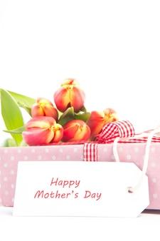 Bouquet di tulipani su un regalo con una carta di madri felici