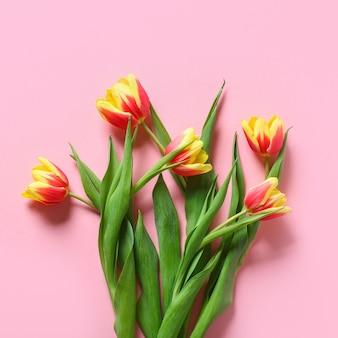 Un mazzo di tulipani vista dall'alto