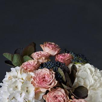 Bouquet di ortensie bianche, calle rosse e crisantemi rosa.