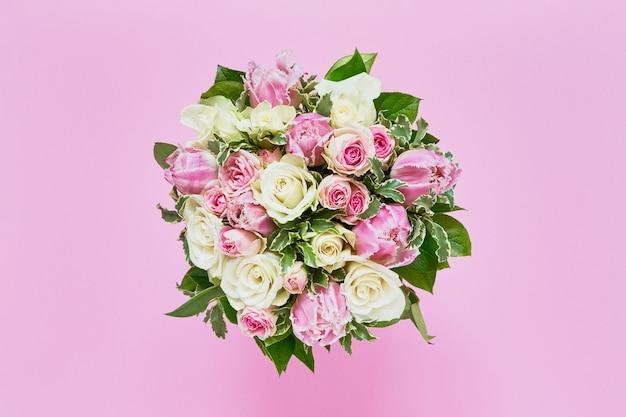Bouquet di rose bianche e tulipani rosa. vista dall'alto, copia dello spazio