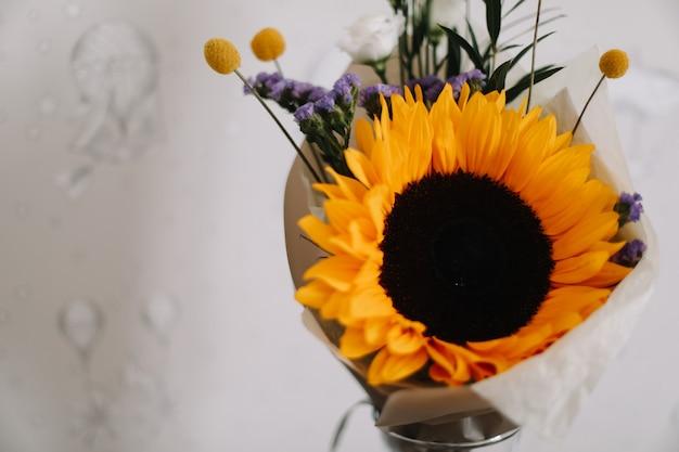 Bouquet con luminoso girasole fresco