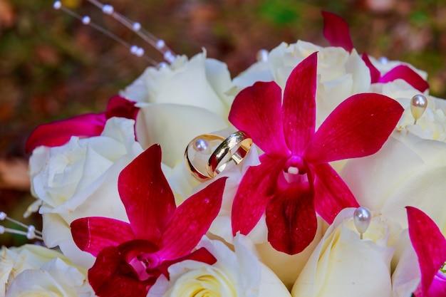 Bouquet con una varietà di bouquet da sposa di rose