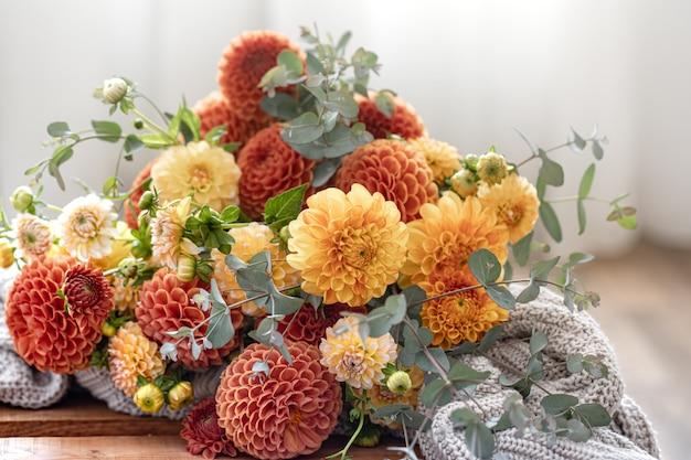 Un bouquet di crisantemi gialli e arancioni su uno sfondo sfocato