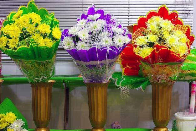Mazzi di crisantemi in un negozio di fiori