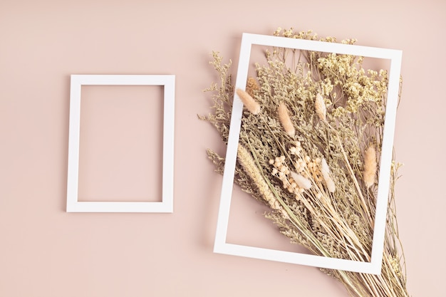 Mazzi di fiori secchi ed erbe e mockup di biglietti di auguri, hobby, decorazione d'interni alla moda, idea di un negozio di fiori artigianale. vista dall'alto, distesi, copia spazio