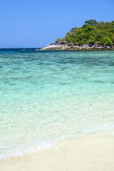 Isola di bourder con spiaggia di sabbia bianca e mare cristallino, myanmar.