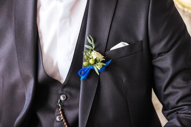 Boutonniere sul vestito dello sposo