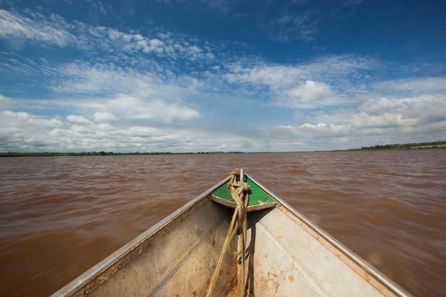 Prua della canoa sul fiume. sfondo.