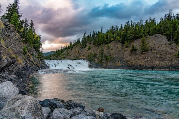 Bow falls viewpoint nel crepuscolo autunnale. parco nazionale di banff bow river scenico, montagne rocciose canadesi.