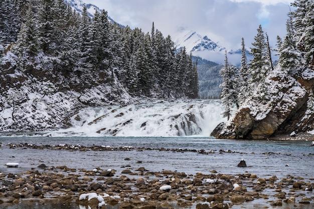 Bow falls viewpoint in inverno nevoso. parco nazionale di banff bow river scenico, montagne rocciose canadesi.