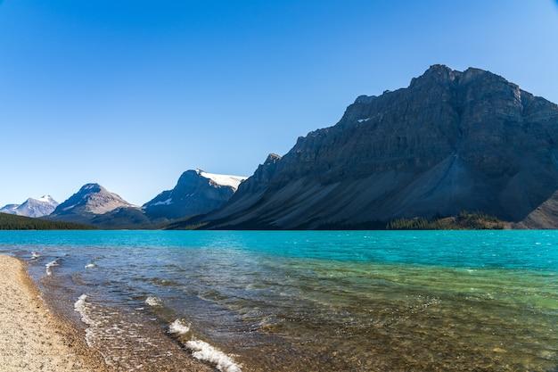 Bow lake lakeshore in estate giornata di sole bow glacier parco nazionale di banff montagne rocciose canadesi canada