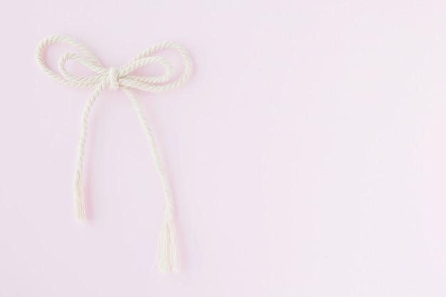 Corda di prua su sfondo rosa