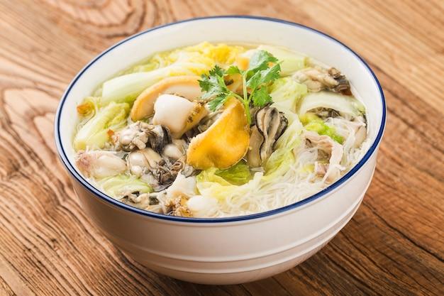 Una ciotola di spaghetti di riso ostrica abalone
