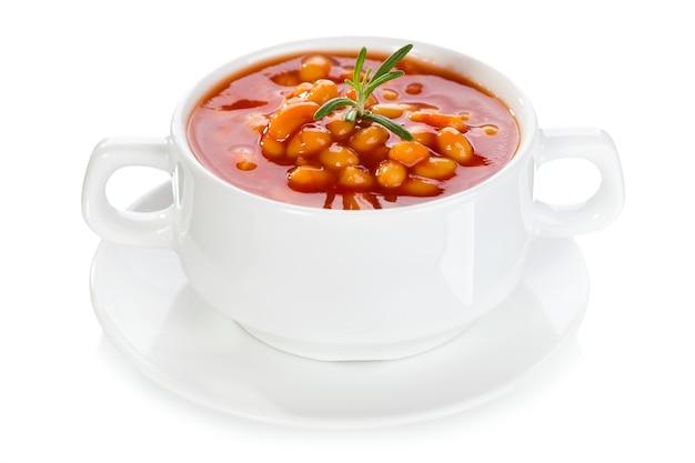 Ciotola di zuppa di fagioli su bianco