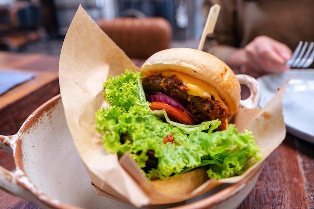 Una ciotola di hamburger di manzo sulla tavola di legno nel ristorante