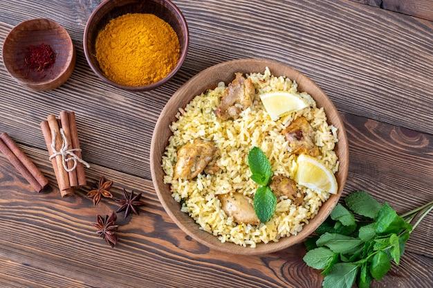 Ciotola di biryani - popolare piatto di riso dell'asia meridionale