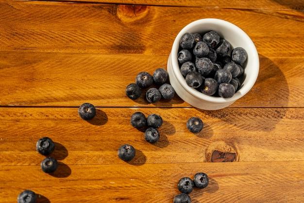 Ciotola di mirtilli sulla tavola di legno. frutto sano.