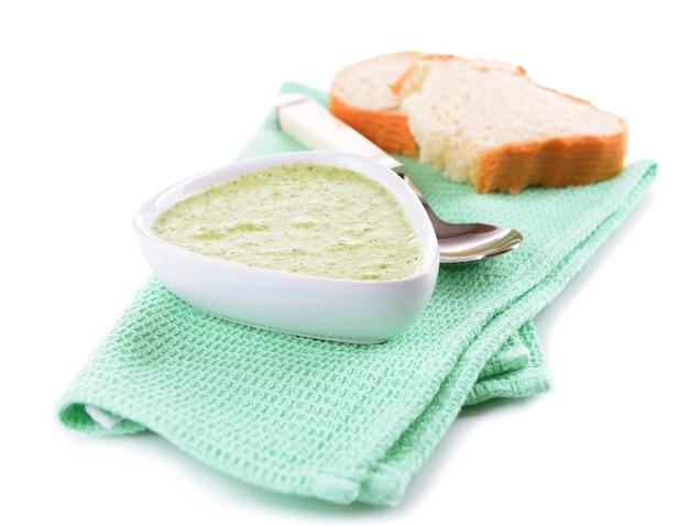 Ciotola di zuppa di broccoli su bianco