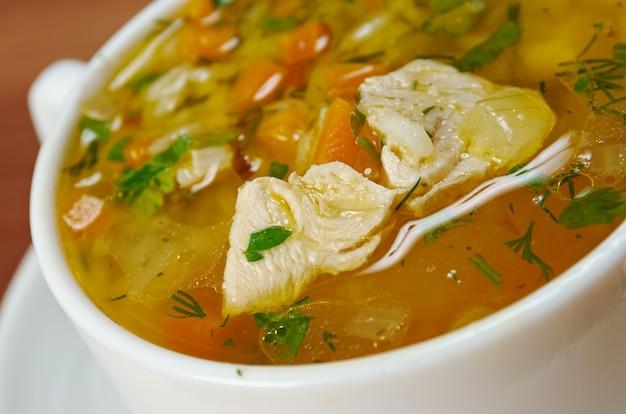 Ciotola di zuppa di pollo e riso selvatico con verdure