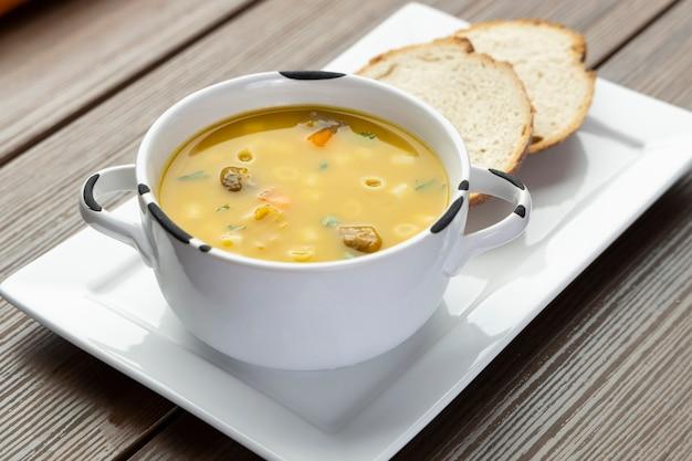 Una ciotola di deliziosa zuppa brasiliana con carne di manzo, verdure, tagliatelle, carote e patate.