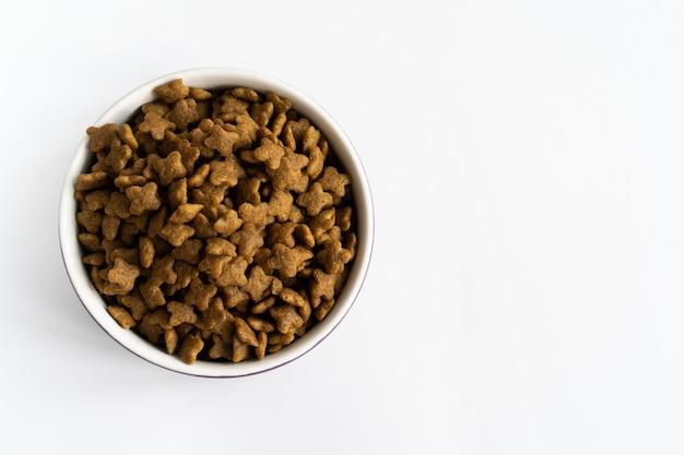Una ciotola di cibo per cani su una superficie bianca