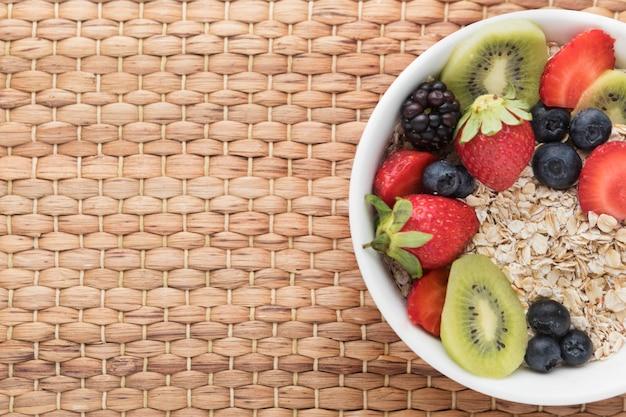 Ciotola piena di frutta e cereali vista dall'alto