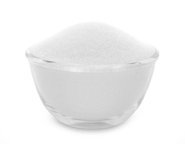 Ciotola di vetro di zucchero isolato su sfondo bianco.