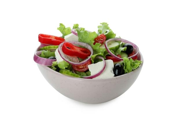 Ciotola di insalata greca isolata sulla superficie bianca