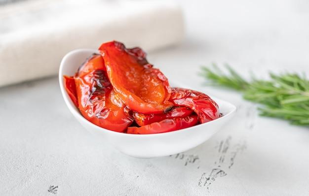 Ciotola di peperoni rossi alla griglia sul tavolo