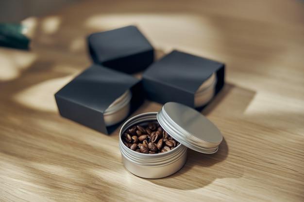 Ciotola di caffè macinato e fagioli in confezione regalo sul tavolo.