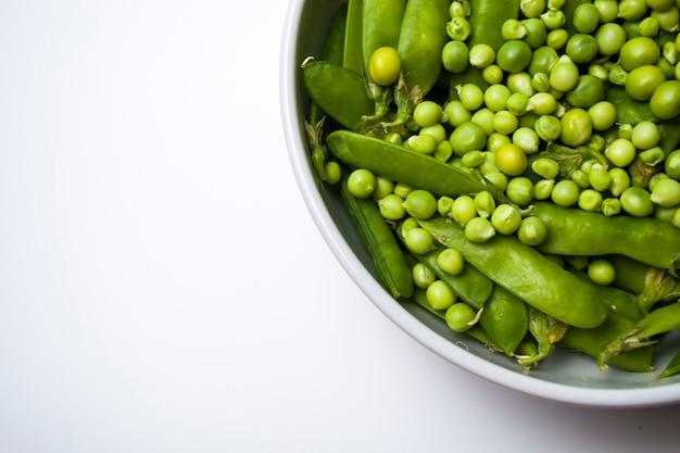 Ciotola di fagioli di piselli verdi biologici freschi sani