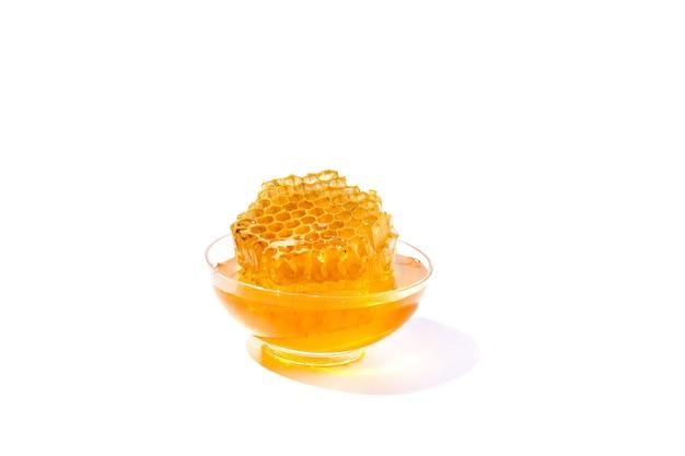 Ciotola di miele isolato su sfondo bianco come elemento di design del pacchetto.