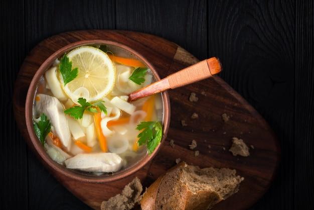 Ciotola di zuppa di pollo italiana