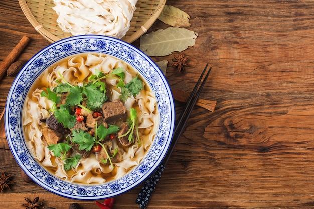 Una ciotola di noodles con brasato di manzo
