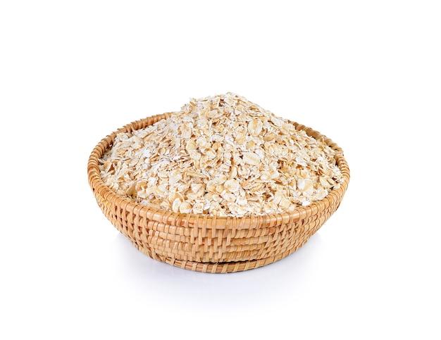 Ciotola di farina d'avena isolata su bianco